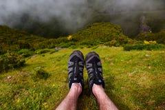 26 05 2017 Μαδέρα Πορτογαλία Πόδια ατόμων ` s με τα παπούτσια πεζοπορίας Salomon επάνω Στοκ Φωτογραφία