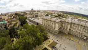 ΜΑΔΡΊΤΗ, ΙΣΠΑΝΙΑΣ - 14.2015 ΑΠΡΙΛΙΟΥ: Τουρίστες κοντά στο βασιλικό παλάτι παλάτι pincipal βασιλική δευτερεύουσα Ισπανία της Μαδρί Στοκ εικόνα με δικαίωμα ελεύθερης χρήσης