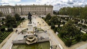 ΜΑΔΡΊΤΗ, ΙΣΠΑΝΙΑΣ - 14.2015 ΑΠΡΙΛΙΟΥ: Τουρίστες κοντά στο βασιλικό παλάτι παλάτι pincipal βασιλική δευτερεύουσα Ισπανία της Μαδρί Στοκ φωτογραφία με δικαίωμα ελεύθερης χρήσης