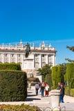 ΜΑΔΡΊΤΗ, ΙΣΠΑΝΙΑ - 26 ΣΕΠΤΕΜΒΡΊΟΥ 2017: Το γλυπτό αλόγων του βασιλιά Philip IV Plaza de Oriente εντόπισε μεταξύ της Royal Palace  Στοκ Εικόνα