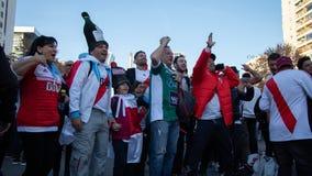 ΜΑΔΡΊΤΗ, ΣΤΙΣ 9 ΔΕΚΕΜΒΡΊΟΥ - νέοι και παλαιοί υποστηρικτές του πιάτου ποταμών πρίν εισάγει τελικό του Copa Libertadores στο Berna στοκ φωτογραφία με δικαίωμα ελεύθερης χρήσης