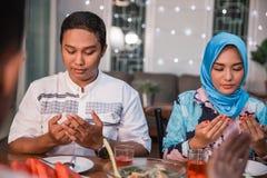 Μαζί προσεηθείτε πριν από τα γεύματα στοκ εικόνες