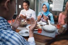 Μαζί προσεηθείτε πριν από τα γεύματα στοκ φωτογραφία με δικαίωμα ελεύθερης χρήσης