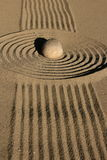 μαζεμένες με τη τσουγκράνα μακροεντολή πασσαλωμένες άμμος πέτρες τρία κήπων zen Στοκ φωτογραφίες με δικαίωμα ελεύθερης χρήσης