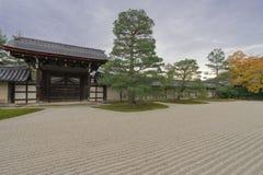 μαζεμένες με τη τσουγκράνα μακροεντολή πασσαλωμένες άμμος πέτρες τρία κήπων zen Στοκ εικόνα με δικαίωμα ελεύθερης χρήσης
