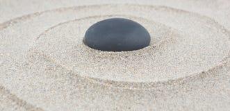 μαζεμένες με τη τσουγκράνα μακροεντολή πασσαλωμένες άμμος πέτρες τρία κήπων zen Στοκ Εικόνες