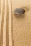 μαζεμένες με τη τσουγκράνα μακροεντολή πασσαλωμένες άμμος πέτρες τρία κήπων zen Στοκ Εικόνα