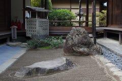 μαζεμένες με τη τσουγκράνα μακροεντολή πασσαλωμένες άμμος πέτρες τρία κήπων zen Στοκ Φωτογραφίες