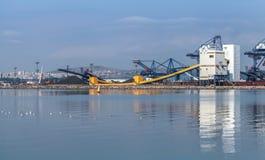 Μαζικοί γερανοί και βιομηχανικά κτήρια στο λιμένα Στοκ φωτογραφίες με δικαίωμα ελεύθερης χρήσης