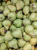 Μαζικό αχλάδι packham σε ένα μανάβικο στοκ φωτογραφία με δικαίωμα ελεύθερης χρήσης