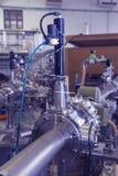 Μαζικό φασματόμετρο στο πυρηνικό εργαστήριο, βιομηχανικό μπλε που τονίζεται Στοκ εικόνες με δικαίωμα ελεύθερης χρήσης