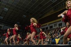 Μαζορέτες κοριτσιών από τις κόκκινες αλεπούδες ομάδων για την αντιστοιχία Ουκρανία εναντίον της Ρουμανίας Στοκ Φωτογραφία