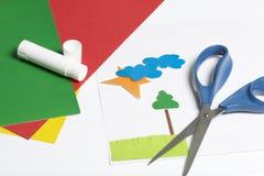Μαθήματα στο applique Απαραίτητα στοιχεία: η κόλλα, το χρωματισμένα έγγραφο και το ψαλίδι βρίσκονται στην άσπρη επιφάνεια του πίν Στοκ φωτογραφίες με δικαίωμα ελεύθερης χρήσης
