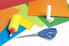 Μαθήματα στο applique Απαραίτητα στοιχεία: η κόλλα, το χρωματισμένα έγγραφο και το ψαλίδι βρίσκονται στην άσπρη επιφάνεια του πίν Στοκ εικόνα με δικαίωμα ελεύθερης χρήσης
