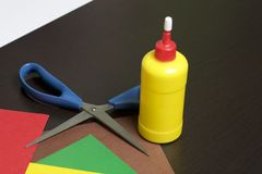 Μαθήματα στο applique Απαραίτητα στοιχεία: η κόλλα, το χρωματισμένα έγγραφο και το ψαλίδι βρίσκονται στη σκοτεινή επιφάνεια του π Στοκ Φωτογραφίες