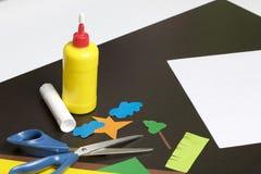Μαθήματα στο applique Απαραίτητα στοιχεία: η κόλλα, το χρωματισμένα έγγραφο και το ψαλίδι βρίσκονται στη σκοτεινή επιφάνεια του π Στοκ φωτογραφία με δικαίωμα ελεύθερης χρήσης