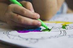 Μαθήματα σχεδίων με τις χρωματισμένες μάνδρες πίλημα-ακρών Στοκ εικόνες με δικαίωμα ελεύθερης χρήσης