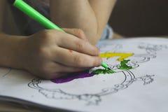 Μαθήματα σχεδίων με τις χρωματισμένες μάνδρες πίλημα-ακρών Στοκ Φωτογραφία