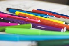 Μαθήματα σχεδίων με τις χρωματισμένες μάνδρες πίλημα-ακρών Στοκ φωτογραφίες με δικαίωμα ελεύθερης χρήσης