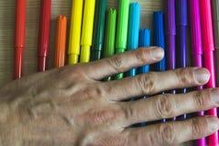 Μαθήματα σχεδίων με τις χρωματισμένες μάνδρες πίλημα-ακρών Στοκ εικόνα με δικαίωμα ελεύθερης χρήσης