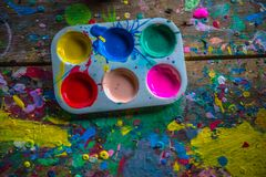 Μαθήματα χρωματισμού στα μαθήματα καλλιτεχνικών στοκ εικόνες με δικαίωμα ελεύθερης χρήσης