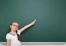 Μαθήτρια κοντά στο σχολικό πίνακα Στοκ Εικόνα