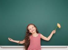Μαθήτρια κοντά στο σχολικό πίνακα Στοκ εικόνες με δικαίωμα ελεύθερης χρήσης