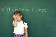Μαθήτρια κοριτσιών παιδιών και σύνθετος τύπος στον πίνακα κιμωλίας Κοβάλτιο στοκ εικόνα με δικαίωμα ελεύθερης χρήσης