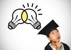Μαθήτρια με το καπέλο βαθμολόγησης και λάμπες φωτός που αναφλέγουν και που διαφωνούν από κοινού Στοκ Εικόνες