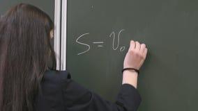 Μαθήτρια που γράφει έναν τύπο στον πίνακα φιλμ μικρού μήκους