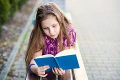 Μαθήτρια που διαβάζει ένα βιβλίο στοκ φωτογραφία με δικαίωμα ελεύθερης χρήσης