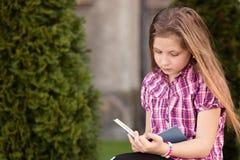 Μαθήτρια που διαβάζει ένα βιβλίο στοκ εικόνα