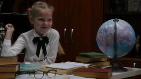Μαθήτρια που κάνει την εργασία, λίγο ξανθό κορίτσι που στο σπίτι στον πίνακα εκπαίδευση παιδιών 4K απόθεμα βίντεο