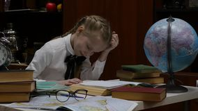Μαθήτρια που κάνει την εργασία, λίγο ξανθό κορίτσι που στο σπίτι στον πίνακα εκπαίδευση παιδιών 4K φιλμ μικρού μήκους