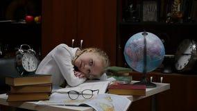 Μαθήτρια που κάνει την εργασία, λίγο ξανθό κορίτσι που στο σπίτι στον πίνακα εκπαίδευση παιδιών o φιλμ μικρού μήκους