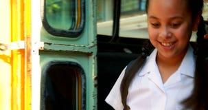 Μαθήτρια που κατεβαίνει από το λεωφορείο φιλμ μικρού μήκους