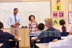 Μαθήτρια που παρουσιάζει στους συμμαθητές δημοτικών σχολείων της στοκ εικόνες