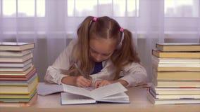Μαθήτρια που σκέφτεται και που κάνει την εργασία της στον πίνακα με τα βιβλία φιλμ μικρού μήκους