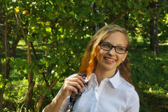 Μαθήτρια που χαμογελά στα άσπρα ενδύματα Στοκ φωτογραφία με δικαίωμα ελεύθερης χρήσης