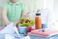Μαθήτρια στον πίνακα, τα εγχειρίδια, το χυμό και τη φρυγανιά για το μεσημεριανό γεύμα, διάστημα αντιγράφων στοκ φωτογραφίες με δικαίωμα ελεύθερης χρήσης