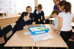 Μαθήτριες στην κατηγορία στο μάθημα με το δάσκαλο Στοκ φωτογραφία με δικαίωμα ελεύθερης χρήσης