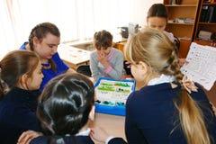 Μαθήτριες στην κατηγορία στο μάθημα με το δάσκαλο Στοκ εικόνα με δικαίωμα ελεύθερης χρήσης