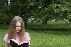 Μαθαίνει στο πάρκο Στοκ Εικόνες