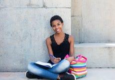 Μαθαίνοντας γυναίκα σπουδαστής αφροαμερικάνων με την κοντή τρίχα Στοκ Φωτογραφία