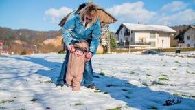 Μαθαίνοντας πώς να περπατήσει στο χιόνι απόθεμα βίντεο