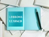 Μαθημένη μαθήματα έννοια με το κενές έγγραφο και τη σημείωση σημειωματάριων Manny στοκ φωτογραφία με δικαίωμα ελεύθερης χρήσης