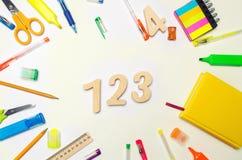 μαθηματικά αριθμοί 1, 2, 3 στο σχολικό γραφείο κόκκινο εκπαίδευσης έννοιας βιβλίων μήλων πίσω σχολείο χαρτικά Άσπρη ανασκόπηση αυ στοκ εικόνες