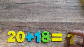 Μαθηματικές διαδικασίες με τον αριθμό 2018 με ένα ερωτηματικό Η έννοια για το νέο έτος απόθεμα βίντεο