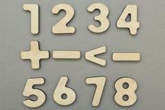 Μαθηματικοί σημάδια και αριθμοί για ένα γκρίζο υπόβαθρο στοκ φωτογραφίες