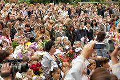 Μαθητές και πρόγονοι ενώπιον του σχολείου Στοκ φωτογραφίες με δικαίωμα ελεύθερης χρήσης